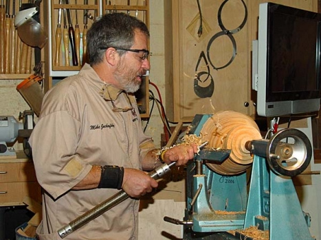 Forming the large (110 mm) tenon for the Vicmarc deep jaws. He likes the Hosaluk handles.