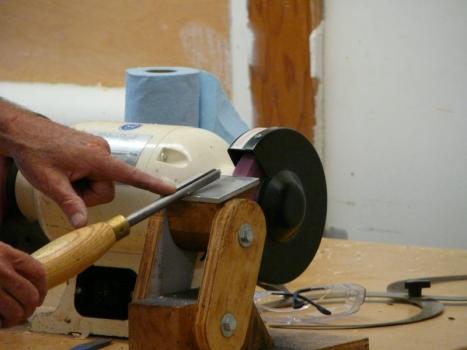 Jerry hand grinds his gouges - not fingernail grind